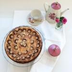 Una cheesecake con barrette al caramello, la teiera di Nonna e i Fiori di Pi